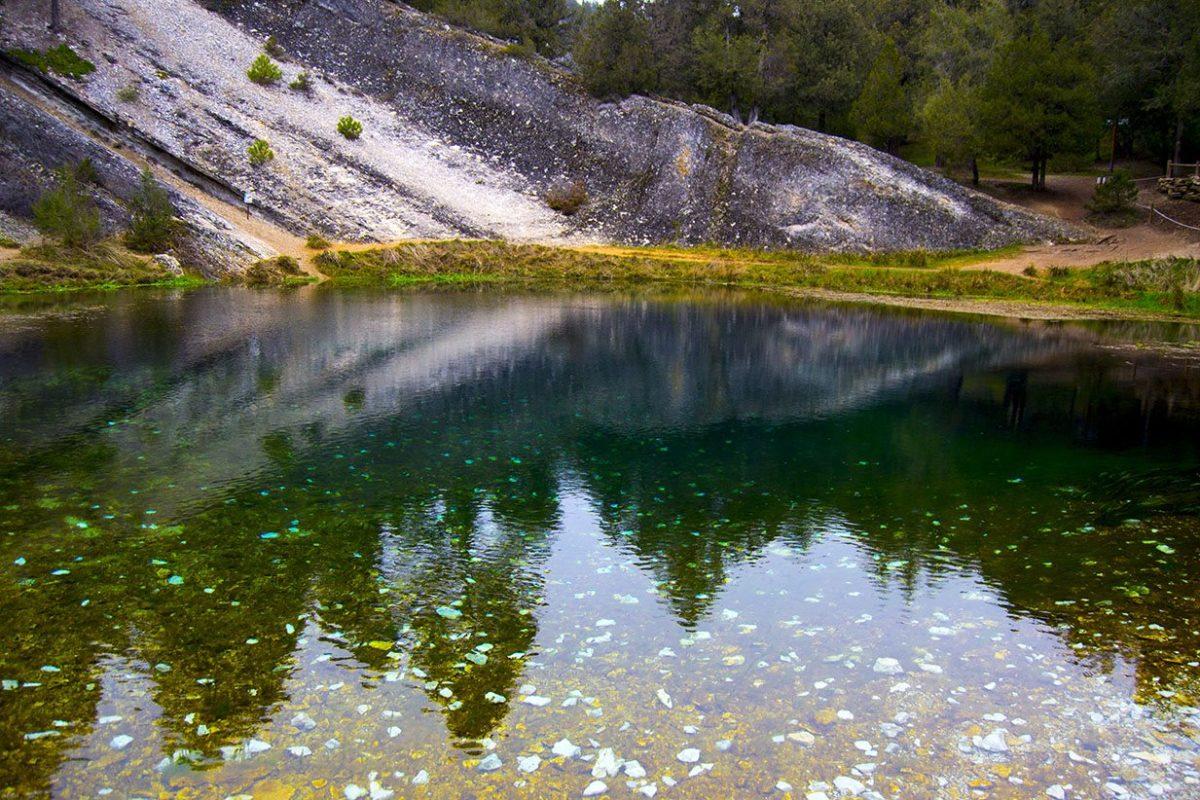 Lago de la Fuentona de Muriel y sus aguas cristalinas