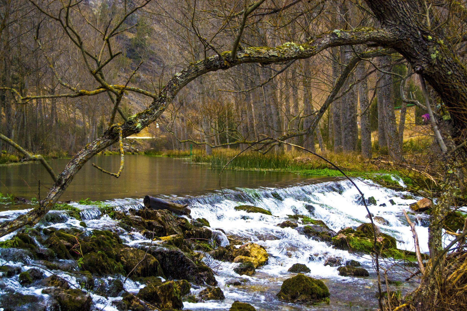 Salto del río que pasa de camino a la Fuentona de Muriel