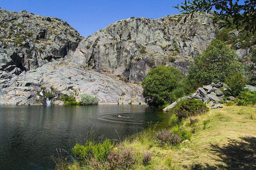 Nadando en la Laguna de la Fervienza, Cueva de San Martín
