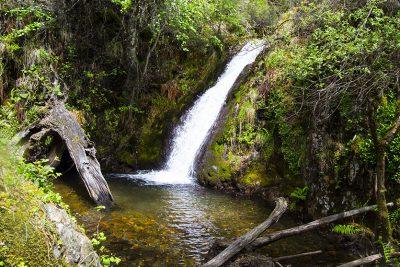 Cascada de la Fuente del azufre, en la Ruta de las Fuentes Medicinales