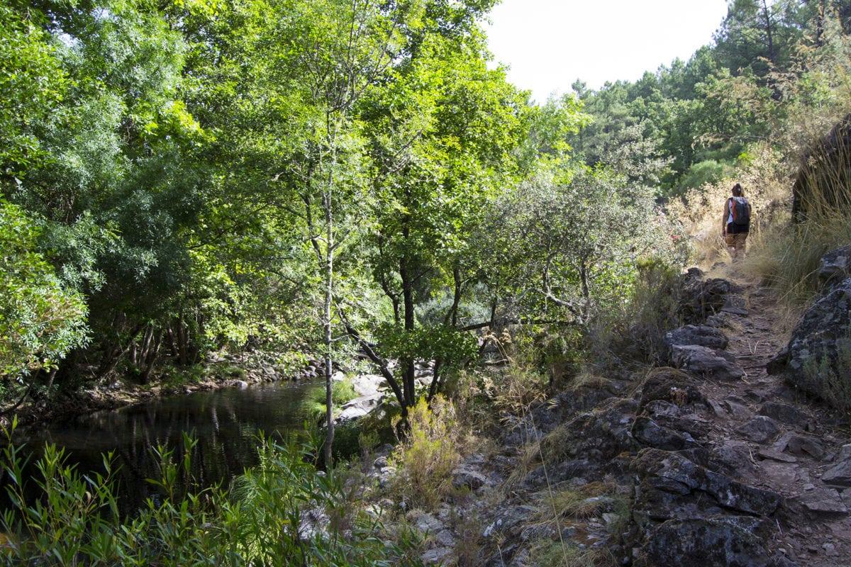 Paseo junto al río de los senderistas