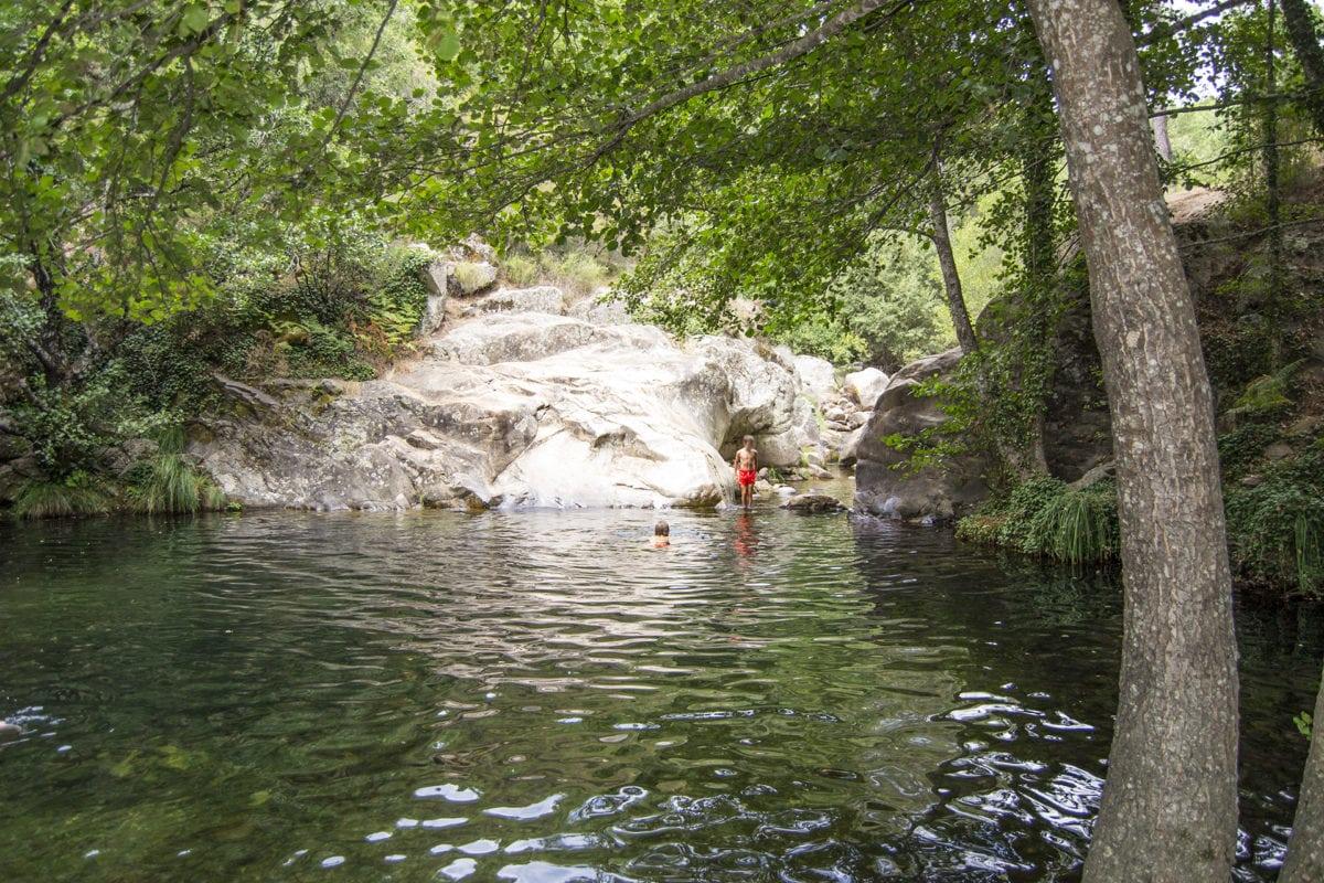 Baño en la poza El Charco Verde, junto a la piscina natural El Pelayo