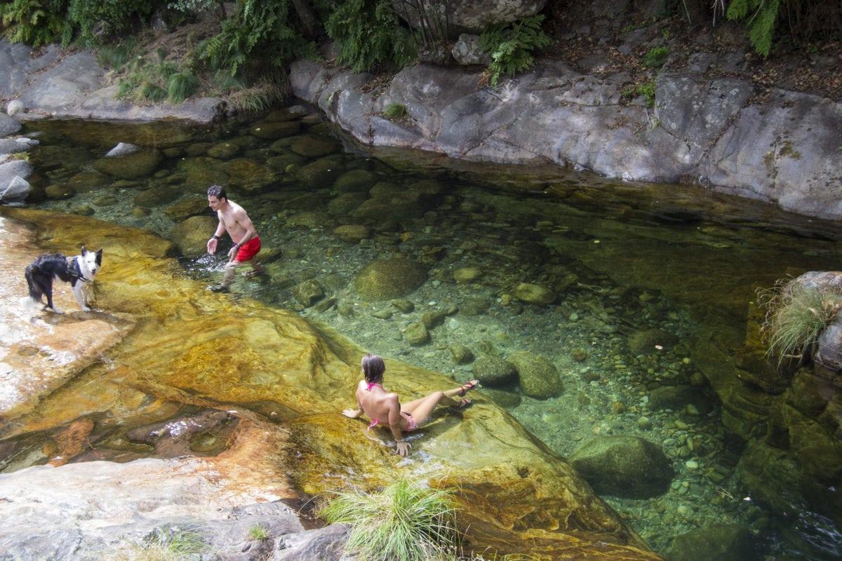 Baño en Los Cachizos, agua cristalina
