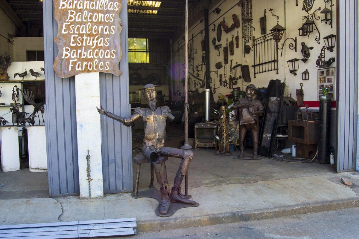 artesanía local en Arenas de San Pedro, en la Senda de los Pescadores